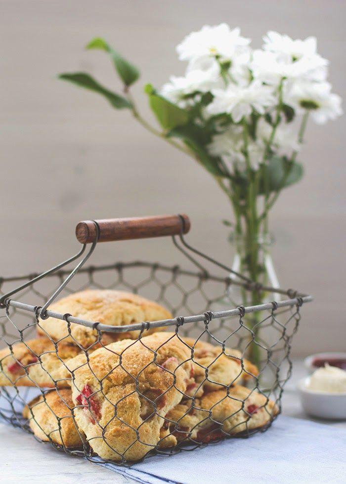 Rezept zum Sonntagsfrühstück: frische Scones mit Rhabarber und Buttermilch, serviert mit Clotted Cream und Erdbeerkonfitüre