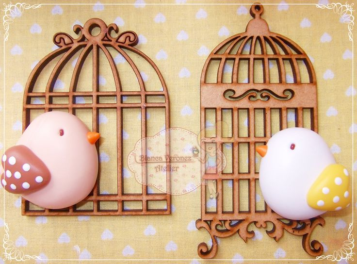 Gaiolinhas de MDF com passarinhos de biscuit.