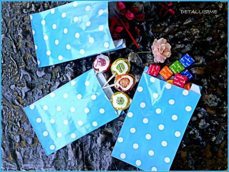 Sobres de papel charol azules con lunares Pedidos y catálogo: detallisime@yahoo.es