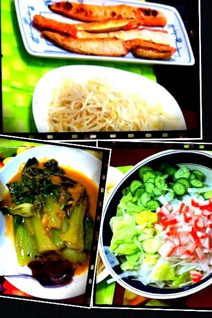 昨晩の家ご飯♫ コレに白飯とカブの味噌汁 フィリピン料理のカレカレの残りのスープ【ピーナッツバター風味】で青梗菜を煮たモノにバゴオン【オキアミの塩辛】を添えて美味しい温野菜♫ - 10件のもぐもぐ - 鮭のハラス、カニかまサラダ、カレカレのリメイク by マニラ男