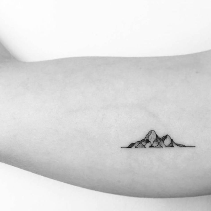 Mountain tattoos on the right inner arm. Artista Tatuador: OK
