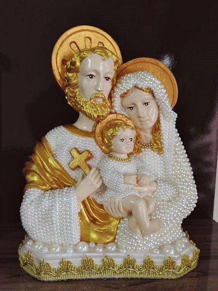 Novo modelo da Imagem da Sagrada Família para abençoar seu lar e sua família. Seu tamanho é de 30 cm em gesso com aplicação de pérolas frente e verso e detalhes dourados.