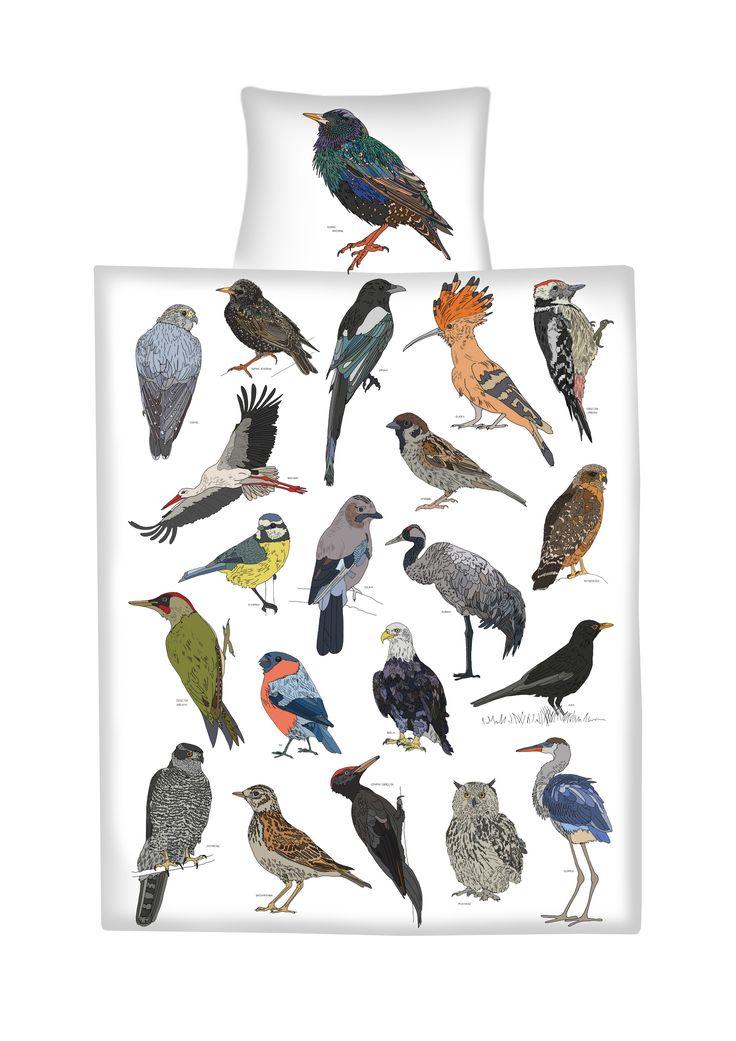 Bywają tak kolorowe jak te z dalekich krain. Każdy z osobna i wszystkie razem ptaki są ciekawym wzorem, który oprócz tego, że zdobi - uczy, jak piękne ptaki mamy dookoła nas, w Polsce. Rysunkowa opowieść o ptakach pozwala przyjrzeć się im z bliska, zobaczyć każde piórko. Kolorowych snów! Pościel przedstawia w zbliżeniu rysunki 22 występujących w Polsce ptaków. Każdy z nich jest podpisany dzięki czemu dziecko  oglądając z bliska detale rysunku zapamiętuje również ich nazwy. Górna strona…