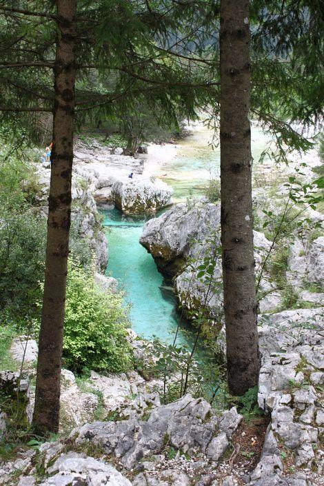 Sloveense rivier Soča  Een van de mooiste rivieren van Europa. Het heldere turquoise water zit vol forellen - de zwaarste ooit gevangen woog 25 kilo. Je kan er dan ook goed vliegvissen. Actievelingen kunnen kanoën, kajakken en raften.