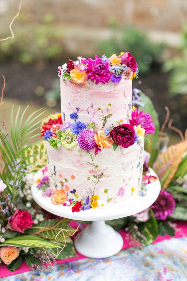 Helle Blumenhochzeitstorte durch Erröten Koch | Spring Equinox bei Thorpe Manor Wir …   – Cake
