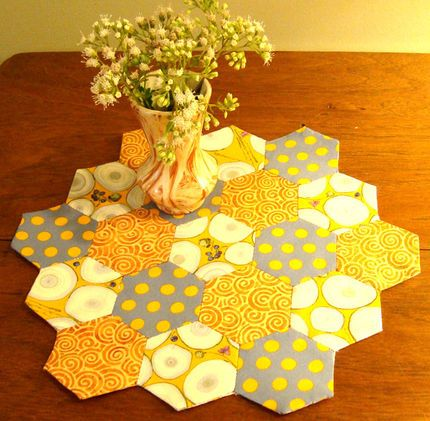 cute hexie tabletopper! sticking to a yellow/orange palette makes it look like a honeycomb!