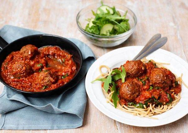 Recept: Spaghetti integrale met gehaktballetjes en pittige tomatensaus - JAN Magazine