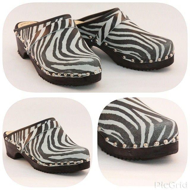 Have you heard the #news ?! #all #skanetoffeln #clogs are now available with #decorative #nails not only this #cute #zebraprint #swedishclogs :-) Hörde ni #nyheterna ?! #nu kan ni #beställa all #trätofflor med #dekor #spik , inte bara dem här #snygga #zebramönstrat #tofflor :-) #sabotsuedois  #clogsofinstagram #decorativenails #dekorspik