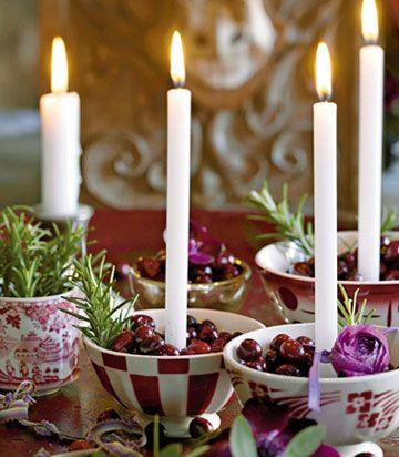 Sæt stearinlys i en skål med tranebær. Rigtig julet!