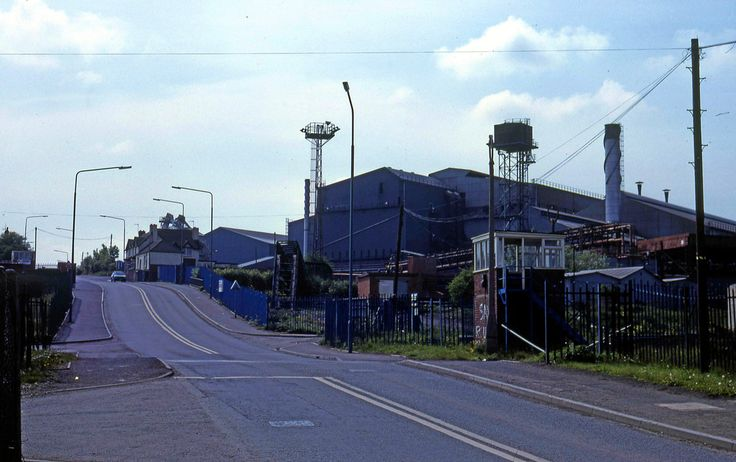 https://flic.kr/p/6N68t6   Level Street, Brierley Hill, 1984   Another view of Level Street, Brierley Hill from 1984. Round Oak Steelworks is awaiting demolition, soon to be relpaced by the Merry Hill Centre and Waterfront complex.  Google Maps location: maps.google.co.uk/?ie=UTF8&ll=52.484541,-2.113511&amp...