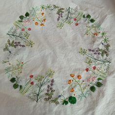 일본자수책에 실려있는 허브꽃 테이블보.. 도안 준비해서 주구장창 열심히 손을 놀리고 있지만 . 속도는 안나고 아웅~~~ 손도 마음도 지쳐.. ㅠㅠ 그래도 완성을 ...코앞에 아뵤~~~~~~ ^^ #embroidery #프랑스자수 #stitch #토츠카 사다코 #린넨에 허브꽃자수