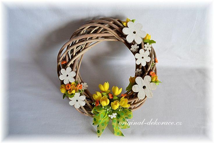 Věnce | Věnec ratan šedá patina - bílé dřevěné květiny | Originální dekorace, bytové doplňky a dárky ve stylu Provence - velkoobchod, maloobchod a e-shop.