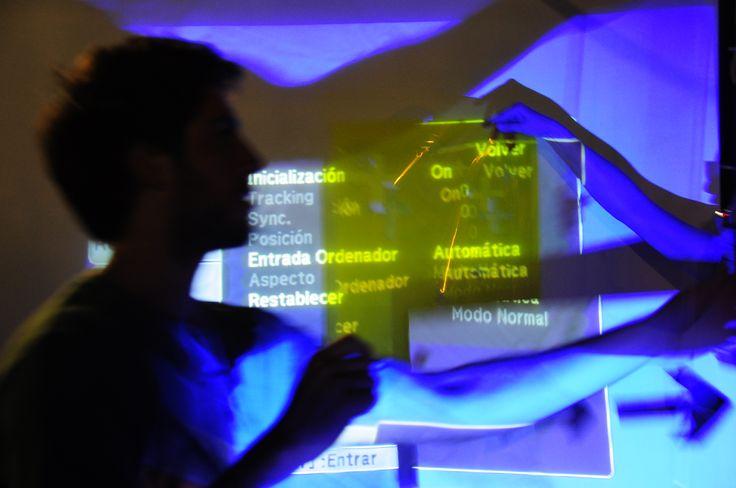 Taller de experimentación de gráfica en el espacio dictado por las docentes de la cátedra Lorena Ihan y Julia Milmam (Diseñadoras Industriales). El Lab es parte de la experiencia interdisciplinaria de Dg3 en el trabajo de Diseño y Salud para la Maternidad Sardá.