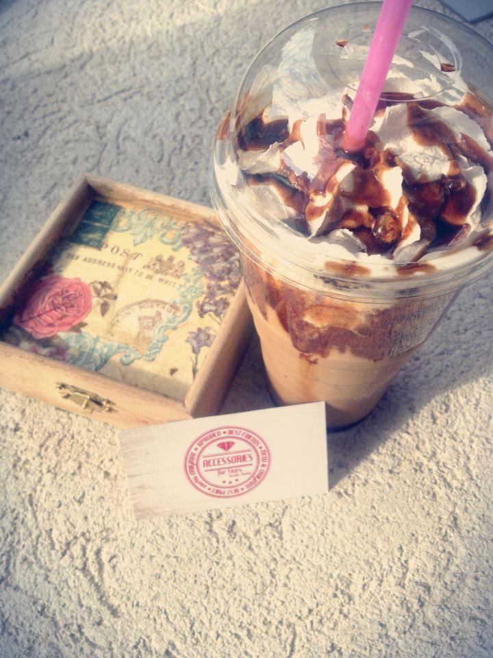 Fie dimineața...fie seara...un frappe este întotdeauna binevenit! @coffeepointbrasov @coffeepoint #accessoriesforstars #break #frappe #frappuccino #coffee #caramel #vintage #sun #lovemoments #inlovewithcoffee #sweetmoments #cafea #brasov