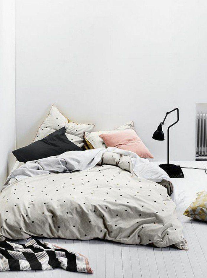 chambre d ado fille, sol en planchers blancs, couverture de lit blanche aux points noirs