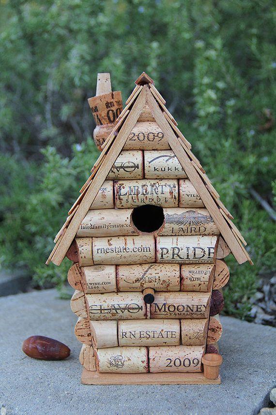 Nichoir en bois recouvert de bouchons en liège de bouteilles de vin et avec une cheminée faite avec un bouchon de champagne.