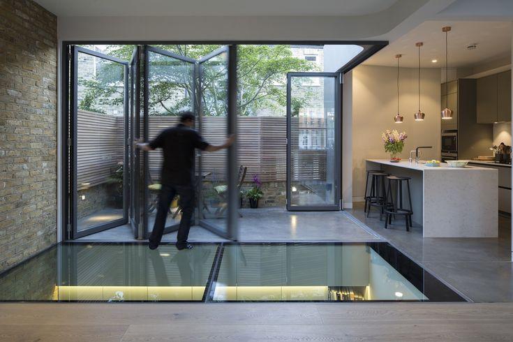 Construído na 2015 na Londres, Reino Unido. Imagens do Agnese Sanvito, Tim Crocker              . Este projeto consiste na reforma e ampliação de uma casa em uma área protegida para uma jovem família. A casa faz parte de um conjunto construído em...