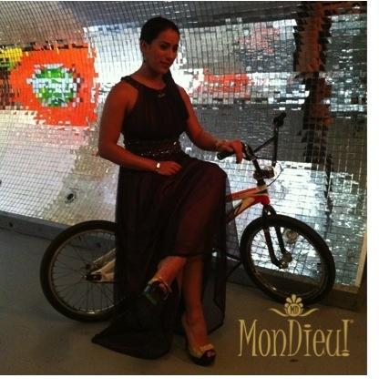 Mariana Pajón usando sus MonDieu! Diva Beige para una sección de fotos del Bodytech.