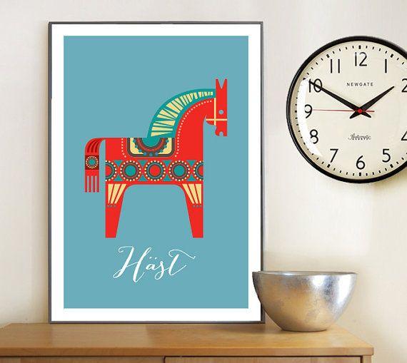 Milieu du siècle style imprimer cheval Dala suédois, avec la légende suédoise Häst (cheval). Belle impression pour un intérieur moderne ou…