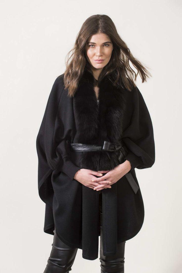 Πλεκτά με γούνα : Black knitting cape with sleeves and fur