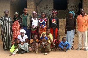 Een grootfamilie: een gezinsvorm waarbij bv. de tantes, grootouders, nonkels, neven en nichten in 1 huis wonen