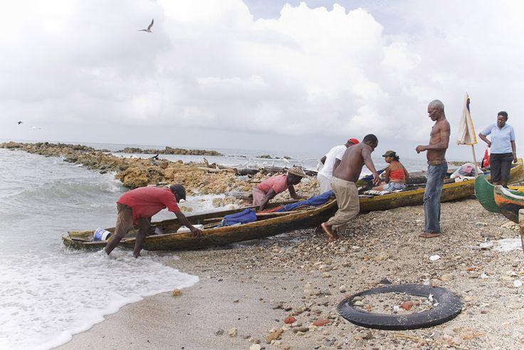 Pescadores subiendo el bote a la playa. Cartagena de Indias, Colombia.