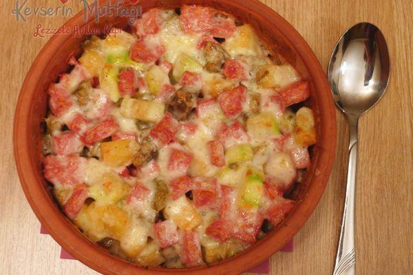 Fırında Salamlı Sebze Tarifi, Fırında Salamlı Sebze Nasıl Yapılır, Fırında Salamlı Sebze Yapılışı, Fırında Salamlı Sebze Yapımı, Fırında Salamlı Sebze Malzemeleri  - 1 adet orta boy patates, 1 adet patlıcan, 2 adet küçük boy kabak, 100 gr salam, 100 gr kaşar, 2 yemek kaşığı sıvıyağ, Tuz, Karabiber.