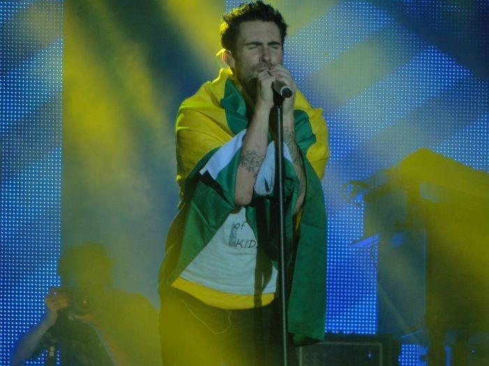 Com camiseta de Neymar, vocalista do Maroon 5 enlouquece público de São Paulo - Música - R7
