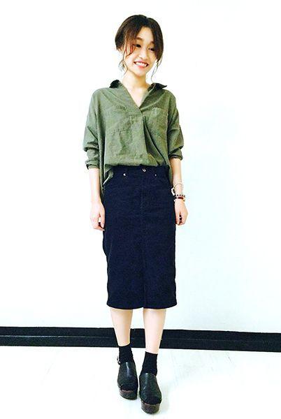 カーキシャツにタイトスカートを合わせた大人のミリタリースタイル。 黒サンダル×黒ラメソックスでコーデを引き締めて。  『ラメ引き揃えリブソックス13cm丈』¥350+税 color : 黒×ゴールド (その他スタッフ私物)  当店のお取り扱いアイテム: レッグウェア、インナー、ルームウェア