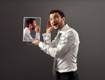 oreille interne: jeune homme écoute sa voix intérieure