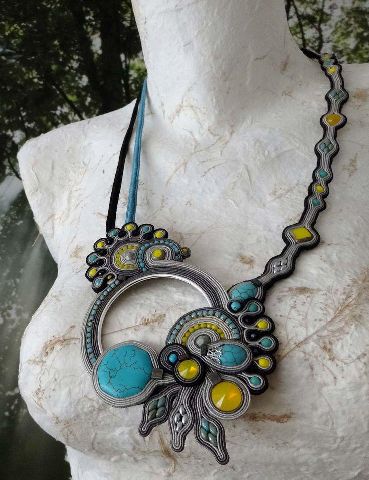 MonikaS collar de soutache de 2,5mm, con turquesas, rivolis, strass y diversos abalorios de resina y miyuki.
