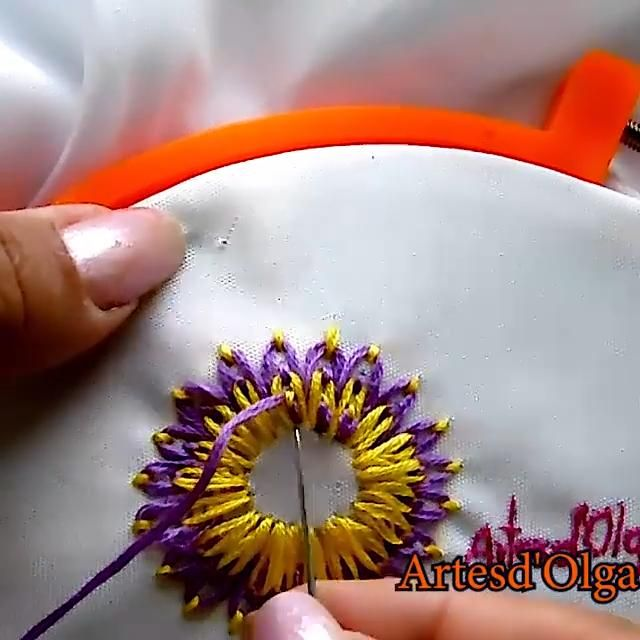 Aprende a bordar dalias con hilos. Hand Embroidery Patterns Flowers, Basic Embroidery Stitches, Hand Embroidery Videos, Embroidery Stitches Tutorial, Hand Work Embroidery, Flower Embroidery Designs, Creative Embroidery, Learn Embroidery, Indian Embroidery