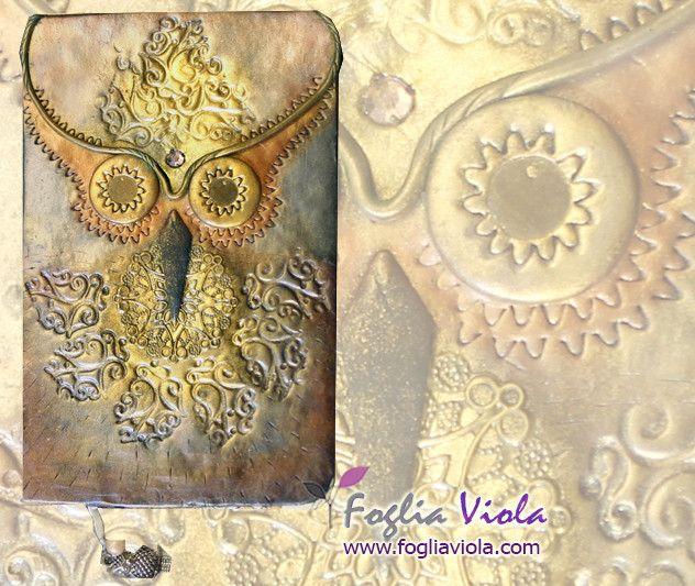 Golden Owl Journal -   Il gufo padrone dei rami più celati, ha una gemma sfaccettata color rosa antico come bindi a decorare la fronte trattenendo l'energia della saggezza. Sfumature verdi, bronzo e ancora oro, mentre come segnalibro uno charm a forma di gufo. Pagine bianche a righe senza date; misura cm 14x9  #decor #ooak #owl #owls #gufo #animal #handmade #book #journal #agenda #notebook #diary #diario #idearegalo #gift #art #design #woodland #forest #fogliaviolastyle