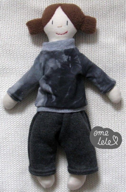 Lalka w szarym dresie