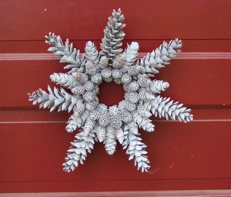 Glittered Pine Cone Wreath Snowflake Shape di WestTwinCreationsLLC