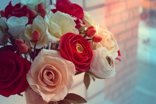 Букет из роз и ранункулюсов из фоамирана