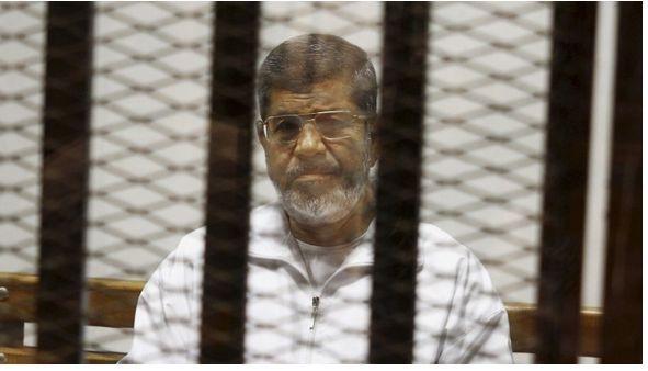 Morsi- Dos años después del día en que el ejército derrocó al presidente islamista de Egipto, los sonidos procedentes de la mezquita en la plaza Tahrir de El Cairo eran tristemente reveladores.  En el punto focal de los levantamientos de Egipto, donde las autoridades esperaban organizar las celebraciones, hubo en su lugar una oración por los muertos de la semana, entre ellos soldados que habían caído víctimas de los extremistas en Sinaí y el fiscal jefe del país, asesinado mediante un coche…