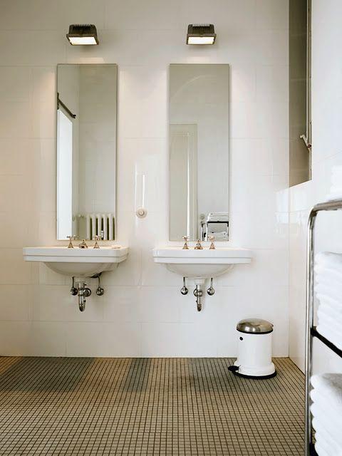 Koupelna s bílým litinovým retro radiátorem ArtDeco 960.