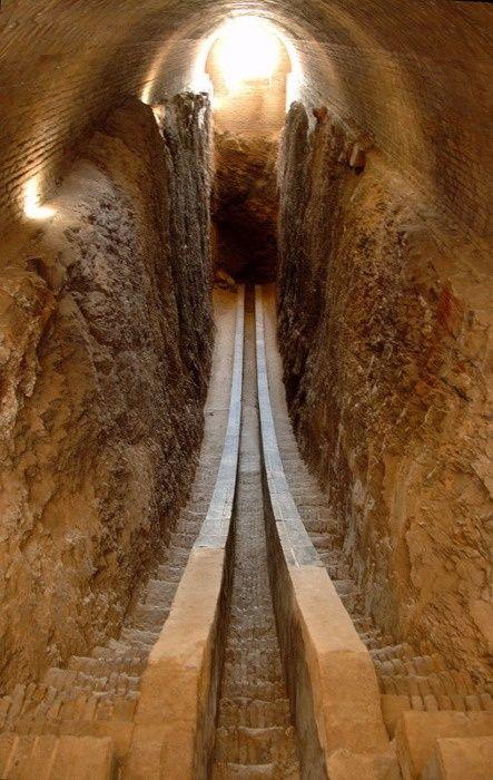 Gizan pyramidin sisällä.