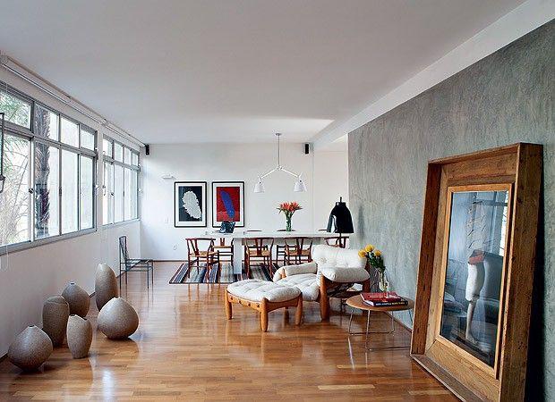 As tábuas largas de ipê foram substituídas por um piso de perobinha, para rejuvenecer o apartamento de 40 anos