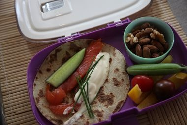 Berit Nordstrands matpakkeforslag: Potetlefse med røkelaks, agurk, gressløk, 50/50 med majones og rømme. Nøtteblanding, cherrytomat, paprika og sukkererter. (Foto: MIA KRISTIN MIDTBØ)