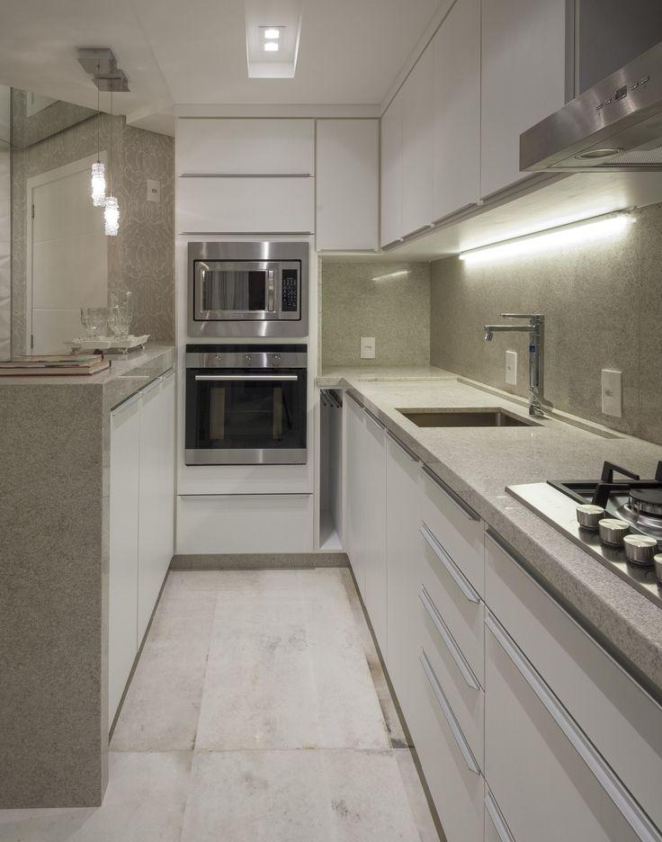 A cozinha feita pela arquiteta Celina Galiotto Furlan para a 16ª Sala de Arquitetos de Caxias do Sul, levou o produto Oxide Wh no chão.