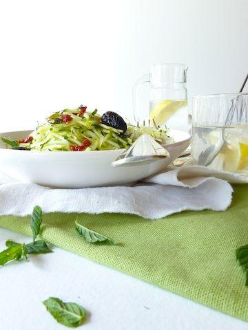 Une salade de courgette râpée, jus de citron et menthe, ça vous tente ? Ses atouts : croquante, légère, fraîche et parfumée...