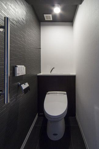 トイレ(要望を叶えた大空間には収納もたっぷり。ホテルライクに暮らせる、洗練のデザイン空間)- トイレ/バス事例