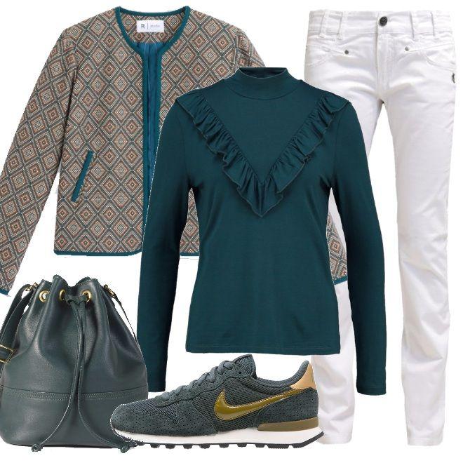 Portiamo i jeans bianchi, anche in questi giorni più freschi; li abbiniamo a il color petrolio della deliziosa maglia, la giacca con stampa etnica, le sneakers ed il secchiello.