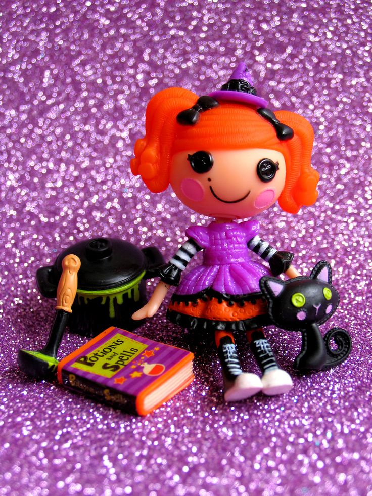 Halloween Mini Lalaloopsy Candy Broomsticks is a Target exclusive for 2011. She's so cute I (pbrigitte) had to snap some photos of her with her accessories. The cat is too cute too. I hope they make another one for Xmas!