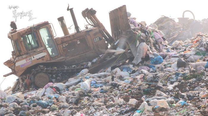 ▲ 인천시 서구에 위치한 수도권매립지는 세계 최대규모의 쓰레기 매립장으로, 수도권 58개 자치단체의 쓰레기를 반입하여 매립한다.