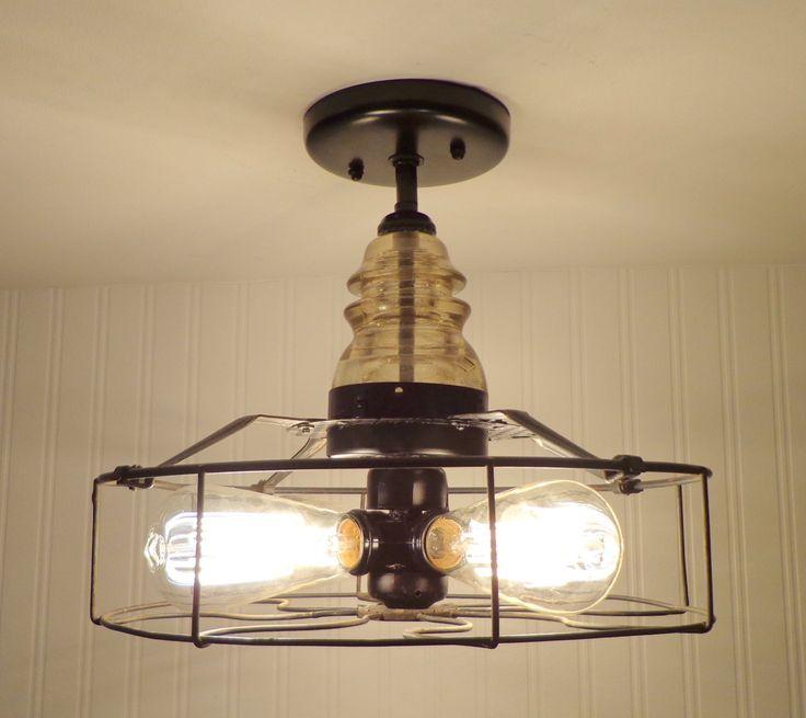 Un fan de vintage datant des années 30 & 40 a été créé dans une lumière de plafond industriel fraîche, rustique. La cage a l'original noir & or emblème indiquant «WESTERN ELECTRIC» et un isolant en verre antique. Métal perforé entourent le centre.  * 14 de large et 12 de haut. * Vintage ventilateur métal Cage avec emblème Original * Ancien isolant verre clair * Prend (4) base standard de 60 watt ampoules (non inclus * Illustré avec des ampoules à incandescence Edison (non inclus mais…
