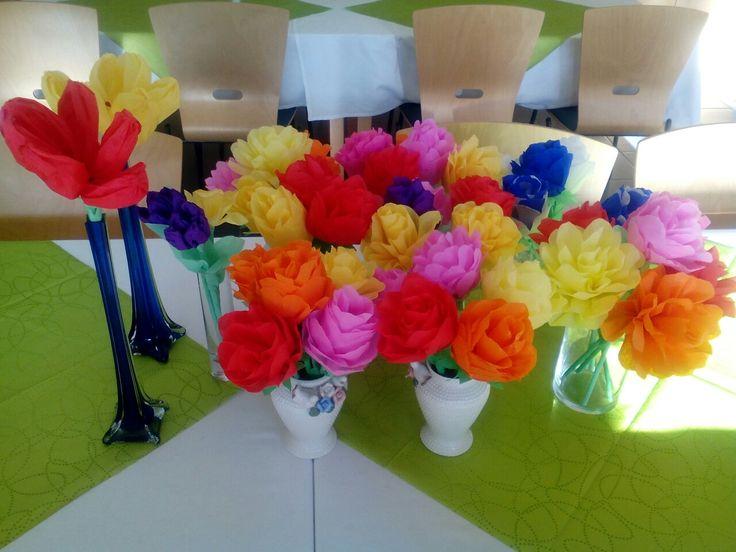Tässä on ruusut mitkä tehtiin työkaverien kanssa yhdessä 14.3.2017! Kyllä on ruokasali nyt keväinen!