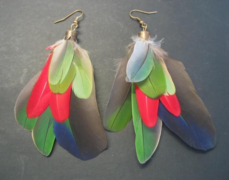 papouškovy naušnice Naušnice jsou vyrobeny z krásných barevných, modrých, zelených, červených a žlutých peříček papoušků. Peříčka jsou zasazena do mosazných kaplíků, na závěs do ucha. Délka naušnic je 10cms háčkem